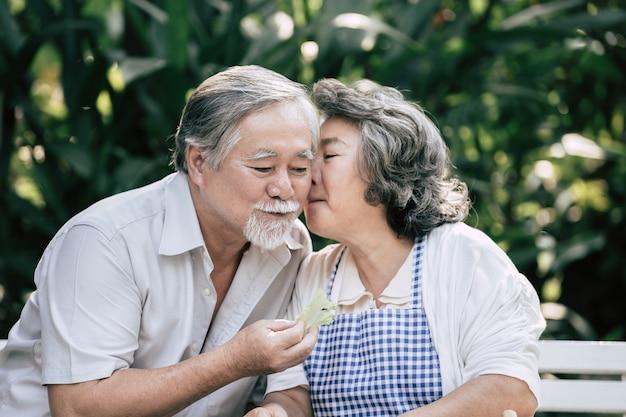 Pary starsze gotowanie zdrowej żywności razem