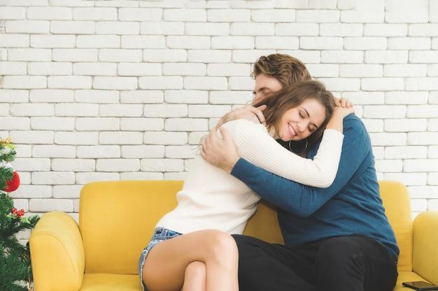 Pary szczęśliwie się przytulają.