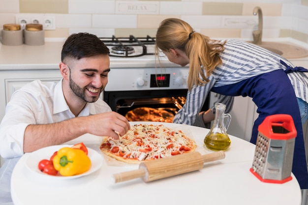 Pary wypiekowa pizza w piekarniku
