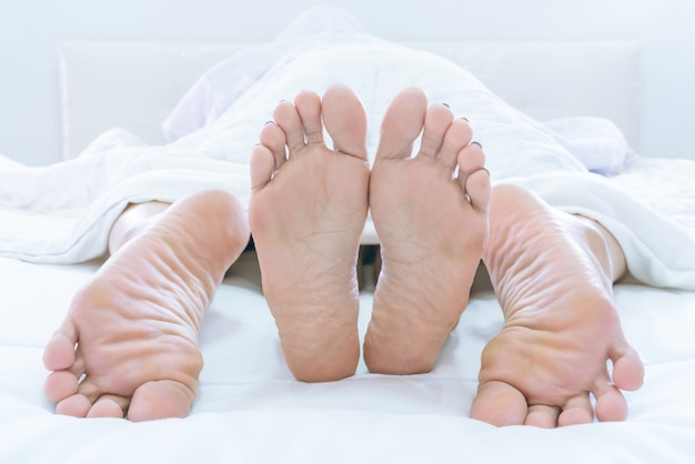 Pary wystające spod duveta lub blanku sprawiają, że miłość w domu jest w sypialni