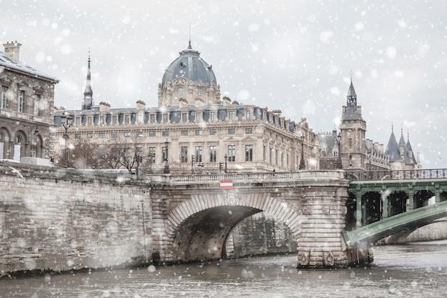Paryski pejzaż miejski z rzeką i śniegiem