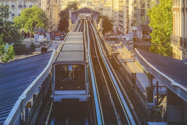 Paryski pociąg metra zatrzymuje się na stacji kolejowej w paryżu