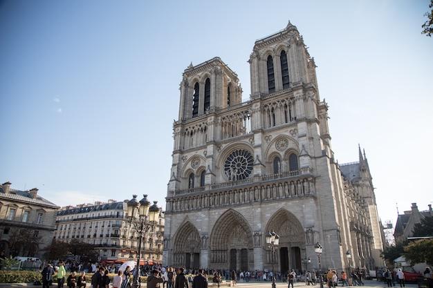 Paryż, francja - 16 października 2018: rzymskokatolicka katedra notre dame de paris (1345)