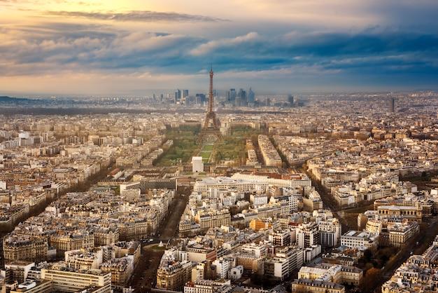 Paryż miasto we francji przez zachód słońca