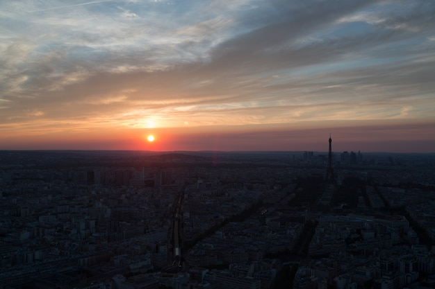 Paryż o zachodzie słońca