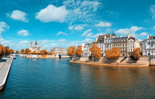 Paryż, panorama nad sekwaną z katedrą notre-dame jesienią