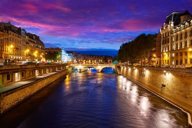 Paryż seine rzeka zachód słońca we francji saint michel