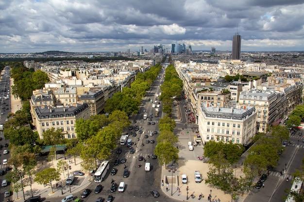 Paryż, stolica francji, jest głównym miastem europejskim i światowym centrum sztuki, mody, gastronomii i kultury.