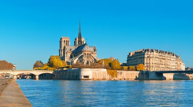 Paryż, widok na sekwanę z katedrą notre-dame jesienią
