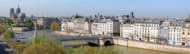 Paryż, widok z lotu ptaka nad sekwaną w kierunku katedry notre dame