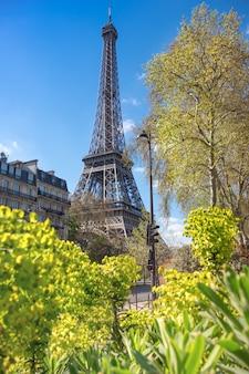 Paryż, wieża eiffla w jasny dzień na wiosnę