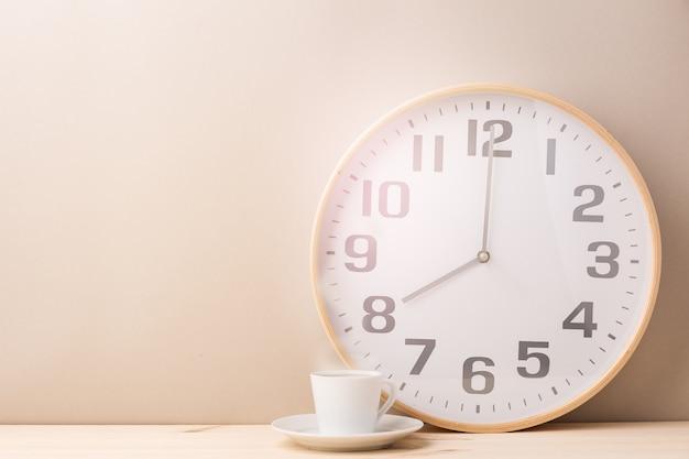 Parzenie kawy kubek i zegar