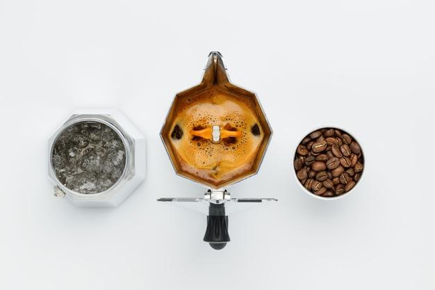 Parzenie kawy w ekspres do kawy widok z góry na białej ścianie. elementa osobno w formie roboczej.