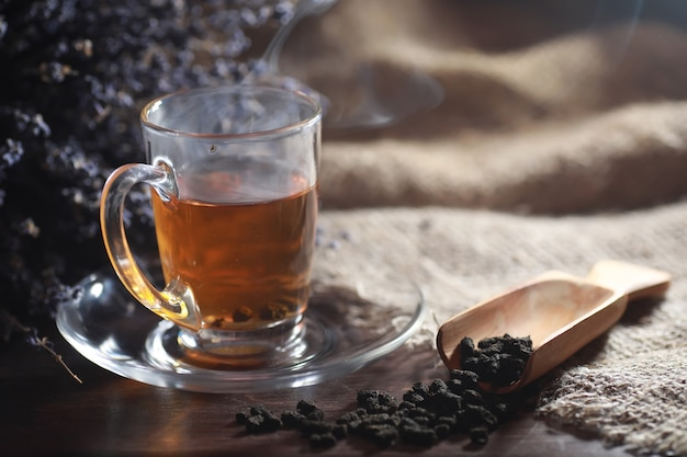 Parzona herbata na stole do serwowania z zaparzaniem