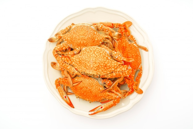 Parzona kraby na białym tle.