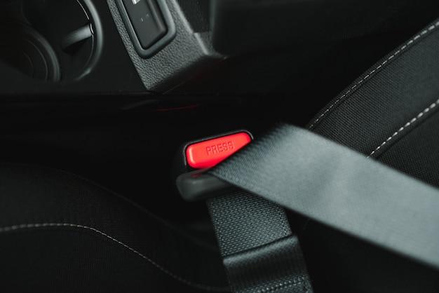 Pas bezpieczeństwa na fotelu z czarnej skóry