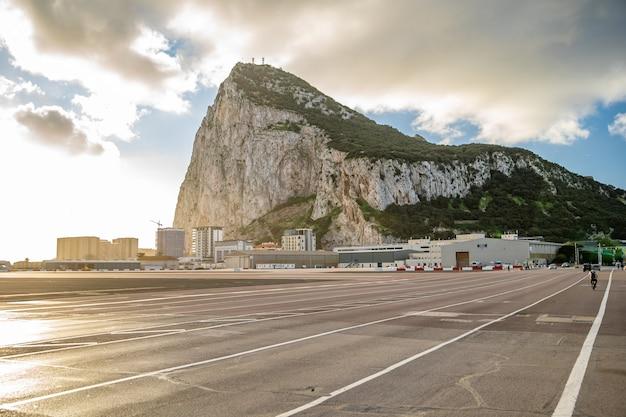 Pas startowy lotniska, gotowy do odlotu samolotu na słonecznej pogodzie na gibraltarze