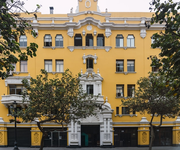 Pasaż nicolas de ribera w historycznym centrum limy, ścieżka z kolonialnymi żółtymi budynkami