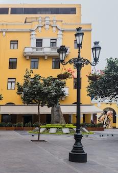 Pasaż santa rosa w historycznym centrum limy, ścieżka z kolonialnymi żółtymi budynkami