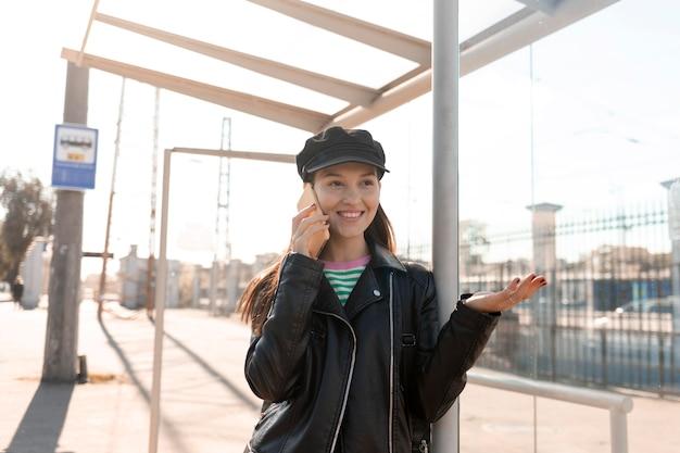 Pasażer czeka na stacji i rozmawia przez telefon