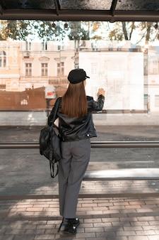 Pasażer czekający na stacji od tyłu strzału
