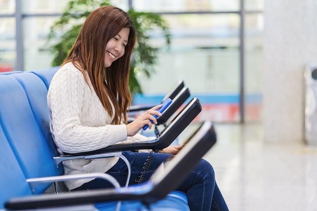 Pasażer trzymający i skanujący telefon komórkowy ze skanerem kodów qr wiadomości