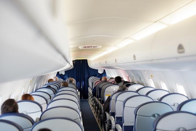 Pasażer wewnątrz kabiny lot szary wnętrze pół puste okno iluminator problem problemu