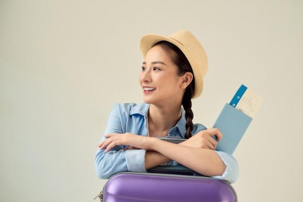 Pasażer wyjeżdżający za granicę w celu wyjazdu weekendowego. koncepcja lotu lotniczego