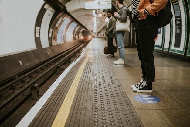 Pasażerowie oczekujący na pociąg na peronie