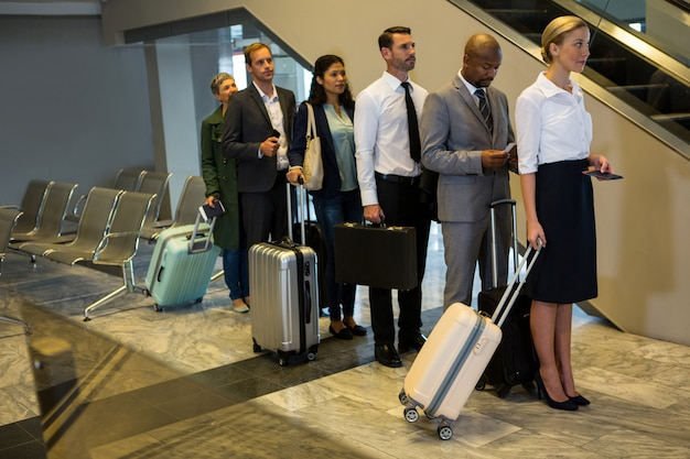 Pasażerowie stojący w kolejce