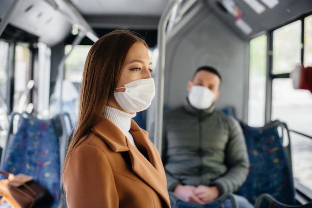 Pasażerowie w transporcie publicznym podczas pandemii koronawirusa zachowują odległość od siebie. ochrona i zapobieganie covid 19.