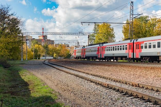 Pasażerski pociąg elektryczny -er2t - przejście na stację