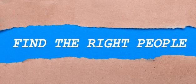 Pasek niebieskiego papieru z napisem znajdź właściwych ludzi pomiędzy brązowym papierem. widok z góry