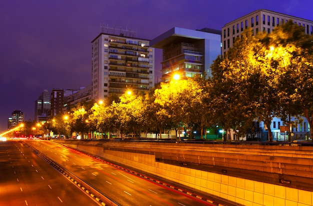 Paseo de la castellana w letnią noc. madryt