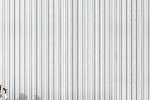 Pasiasta betonowa ściana budynku