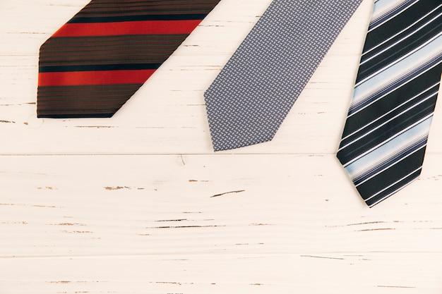 Pasiaste krawaty na biurku