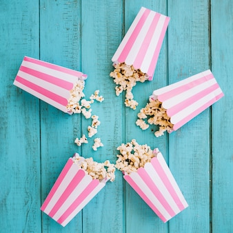 Pasiaste pudełka popcorn leżące w okręgu