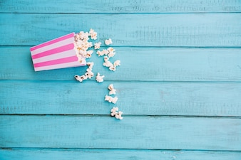 Pasiaste pudełko z rozlanym popcornem