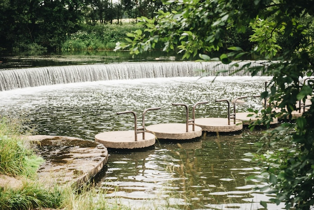 Pasig piękny zielony las, most i wodospad