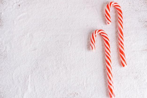 Paski cukierków trzcinowych na cukier puder