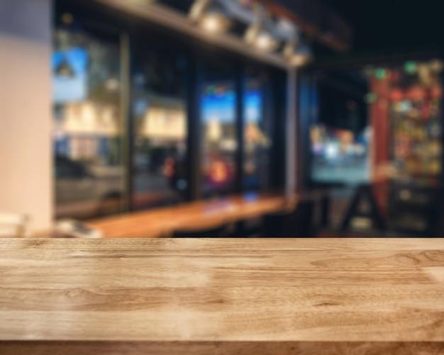 Paski drewniany brązowy blat na świecące kawiarni w nocy
