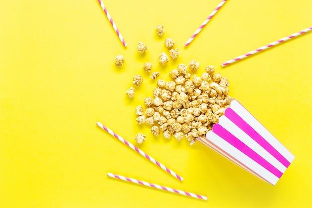 Paski papierowy kubek z popcornem. widok z góry.