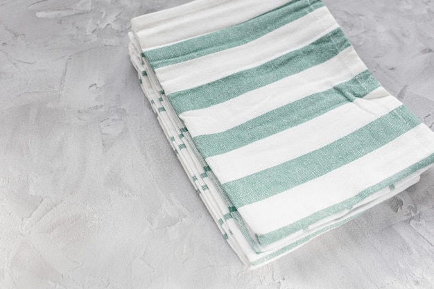 Paski ręczniki kuchenne na szarej powierzchni