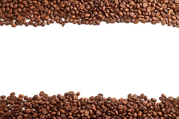 Paski ziaren kawy na białym tle