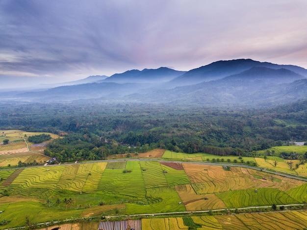 Pasma górskie i pola ryżowe w mglisty poranek