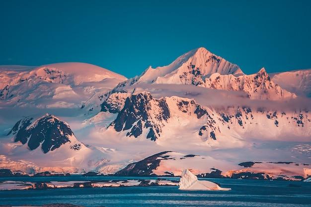 Pasmo górskie antarktyki pokryte śniegiem