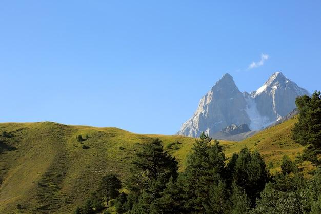 Pasmo górskie kaukazu w gruzji. krajobraz górski ushba