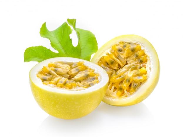 Passionfruit odizolowywający na biel przestrzeni