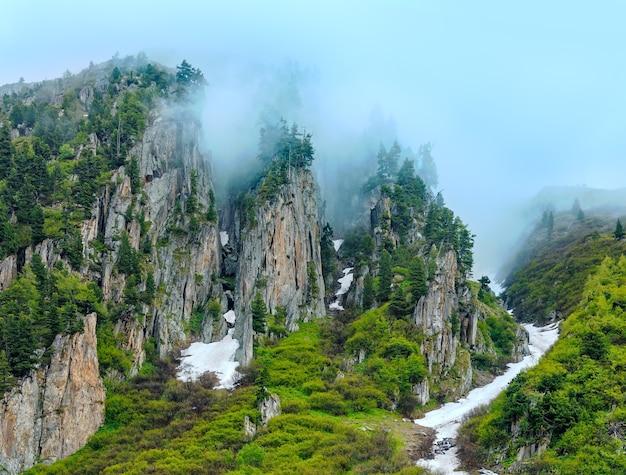 Passo del san gottardo (lub przełęcz świętego gotarda) letni widok zamglony (szwajcaria).