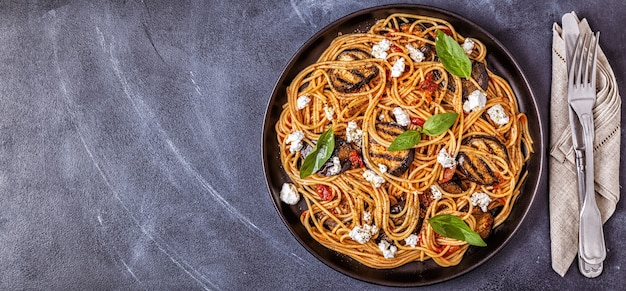 Pasta alla norma - tradycyjne włoskie jedzenie z bakłażanem